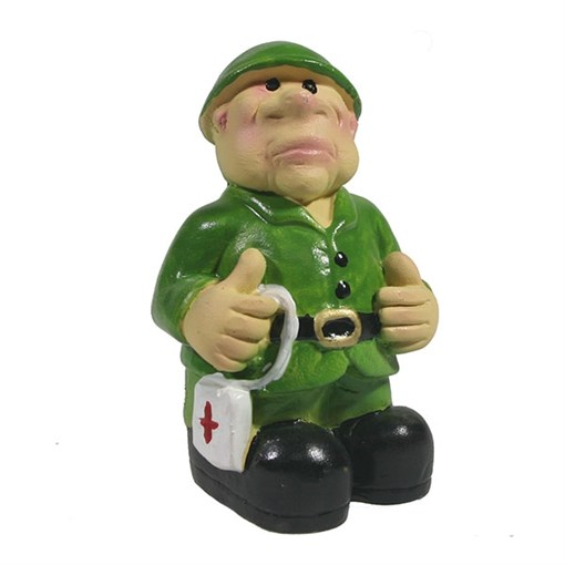 Фигура декоративная Солдат с аптечкой L4.5W4H8см - фото 69858